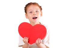 Niña hermosa con un corazón rojo grande para el día de tarjeta del día de San Valentín Fotografía de archivo libre de regalías