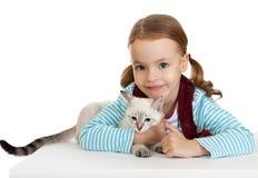 Niña hermosa con un gatito. Imagenes de archivo