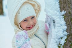 Niña hermosa del retrato en día de invierno frío Lugar para el texto Foto de archivo