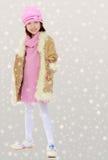 Niña hermosa en abrigo de invierno con la piel Fotografía de archivo