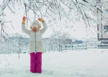 Niña hermosa en día de invierno frío Lugar para el texto Fotografía de archivo libre de regalías