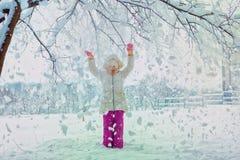 Niña hermosa en día de invierno frío Lugar para el texto Fotos de archivo libres de regalías