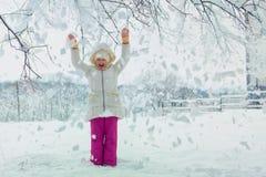 Niña hermosa en día de invierno frío Lugar para el texto Foto de archivo libre de regalías