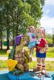 Niña hermosa en el patio con Pinocchio y una tortuga fotos de archivo libres de regalías
