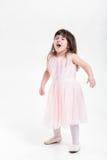 Niña hermosa en el vestido rosado de la princesa travieso en un b gris fotografía de archivo