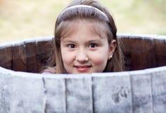 Niña hermosa en un barril Fotografía de archivo libre de regalías
