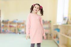 Niña hermosa en un vestido rosado Foto de archivo libre de regalías