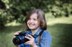 Niña hermosa feliz con el photocamera, retrato del verano Foto de archivo