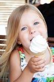 Niña hermosa que come el helado al aire libre Fotos de archivo libres de regalías