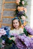 Niña hermosa que presenta con un ramo grande de flowe de la lila Fotografía de archivo libre de regalías