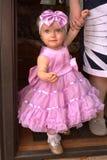 Niña hermosa que se coloca en la calle en el vestido modelo Imagenes de archivo
