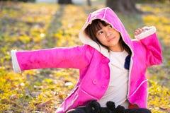 Niña hermosa triste en capa rosada Imagenes de archivo