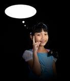 Niña linda, alegre que piensa ideas creativas Foto de archivo libre de regalías