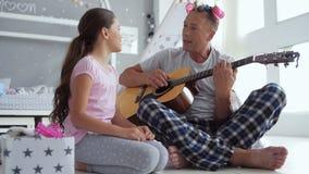 Niña linda alegre y su canción del canto del padre metrajes