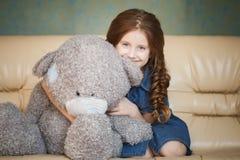 Niña linda con el oso de peluche Imagenes de archivo