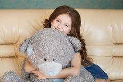 Niña linda con el oso de peluche Imágenes de archivo libres de regalías