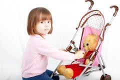 Niña linda con el oso de peluche Foto de archivo