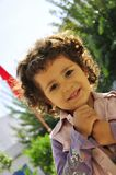 Niña linda con el pelo rizado rubio Imagen de archivo