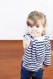 Niña linda con el pulgar para arriba Fotografía de archivo libre de regalías