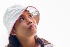 Niña linda con el retrato del estudio del sombrero Aislado sobre blanco Imágenes de archivo libres de regalías