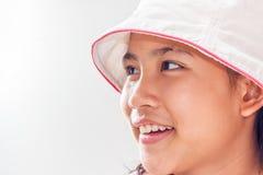Niña linda con el retrato del estudio del sombrero Aislado sobre blanco Fotos de archivo libres de regalías