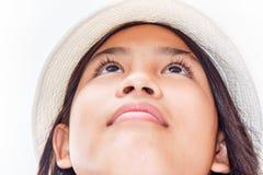 Niña linda con el retrato del estudio del sombrero Aislado sobre blanco Foto de archivo libre de regalías