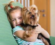 Niña linda con el terrier de Yorkshire interior Fotografía de archivo