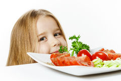 Niña linda con la placa de verduras frescas Foto de archivo