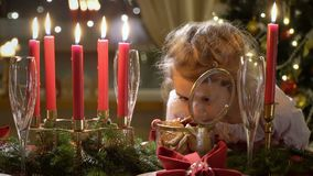 Niña linda con las galletas de la Navidad almacen de metraje de vídeo