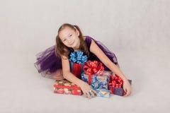 Niña linda con los regalos Foto de archivo