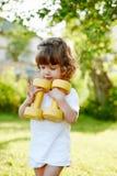 Niña linda con pesas de gimnasia Fotografía de archivo libre de regalías