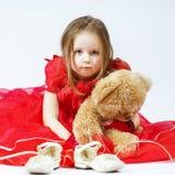 Niña linda con su amigo del juguete del peluche-oso Fotos de archivo