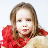Niña linda con su amigo del juguete del peluche-oso Imagen de archivo