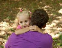Niña linda con su fatherâ al aire libre fotos de archivo libres de regalías