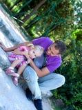 Niña linda con su fatherâ al aire libre fotografía de archivo