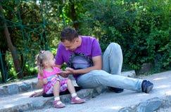 Niña linda con su fatherâ al aire libre fotos de archivo