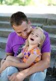 Niña linda con su fatherâ al aire libre Foto de archivo