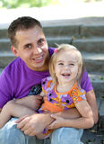 Niña linda con su fatherâ al aire libre imágenes de archivo libres de regalías