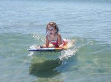 Niña linda de risa en tablero de la boogie en verano foto de archivo libre de regalías