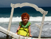 Niña linda del pelirrojo en la playa de Bali imagenes de archivo