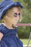 Niña linda del retrato con las gafas de sol imágenes de archivo libres de regalías