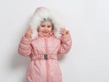 Niña linda en abajo chaqueta con la capilla Foto de archivo libre de regalías