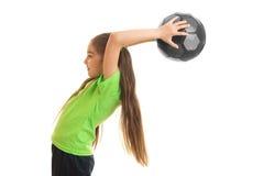 Niña linda en camisa verde con el balón de fútbol en manos Imagen de archivo