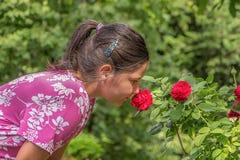 Niña linda en el jardín Imagenes de archivo