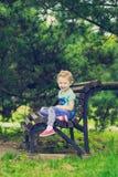 Niña linda en el parque en día de verano Foto de archivo