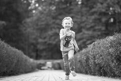 Niña linda en el parque en día de verano Fotografía de archivo