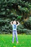 Niña linda en el parque en día de verano Fotos de archivo