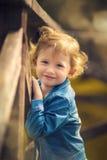 Niña linda en el parque en día de verano Foto de archivo libre de regalías