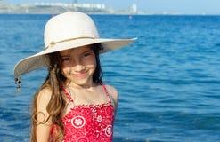 Niña linda en el sombrero que se relaja en el mar, verano, vacaciones, t Foto de archivo