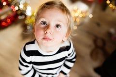 Niña linda en el vestido rayado, migas alrededor de su boca Fotos de archivo libres de regalías